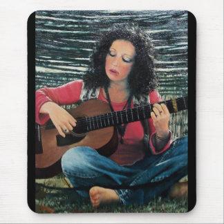 Mujer que juega música con la guitarra acústica tapetes de raton
