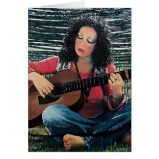 Mujer que juega música con la guitarra acústica tarjeta de felicitación