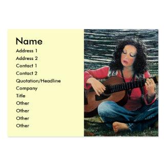 Mujer que juega música con la guitarra acústica tarjetas de visita grandes