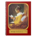 Mujer que lee el libro en blanco libreta espiral