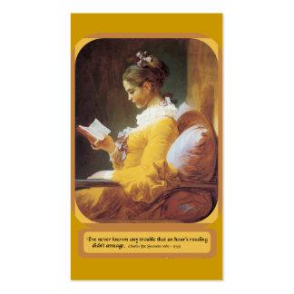 Mujer que lee la tarjeta de visita regular