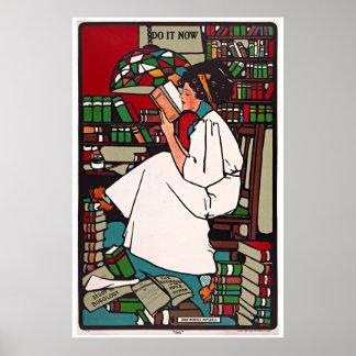 Mujer que lee los posters de un libro