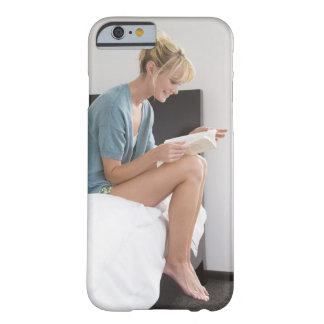 Mujer que lee un libro en la cama funda para iPhone 6 barely there