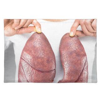 Mujer que lleva a cabo dos modelos del pulmón manteles