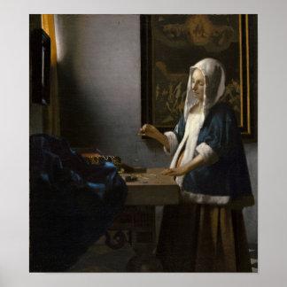 Mujer que lleva a cabo un equilibrio de Juan Verme Póster