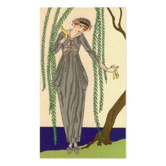 Mujer que lleva el vestido gris del tafetán tarjetas de visita