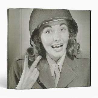 "Mujer que lleva un casco del ejército carpeta 1 1/2"""
