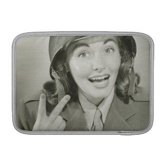 Mujer que lleva un casco del ejército funda para macbook air