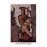 Mujer que lleva una jarra del fragmento postal