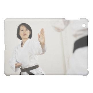 Mujer que lucha en la competencia del karate