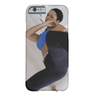 Mujer que realiza artes marciales funda de iPhone 6 barely there