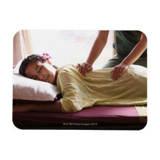 Mujer que recibe el masaje #1 imanes rectangulares