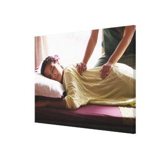 Mujer que recibe el masaje #1 impresión en lona estirada