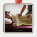 Mujer que recibe el masaje #1 ornatos