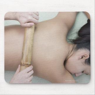 Mujer que recibe el tratamiento del balneario mousepad