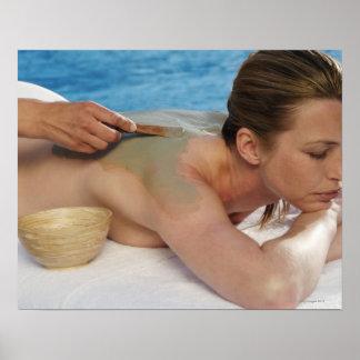 Mujer que recibe el tratamiento del balneario, vis póster