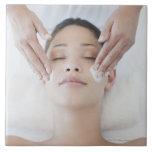 Mujer que recibe masaje facial azulejo cuadrado grande