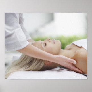 Mujer que recibe masaje impresiones