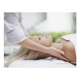 Mujer que recibe masaje postal