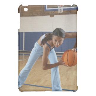 Mujer que se agacha con baloncesto, retrato