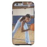 Mujer que se agacha con baloncesto, retrato funda resistente iPhone 6