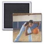 Mujer que se agacha con baloncesto, retrato imán cuadrado