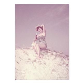 """Mujer que se relaja en la playa invitación 5"""" x 7"""""""