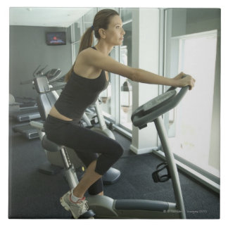 Mujer que se resuelve en un gimnasio 3 azulejo cuadrado grande