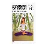 Mujer que se sienta en la posición de loto, medita