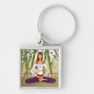 Mujer que se sienta en la posición de loto, medita llavero personalizado