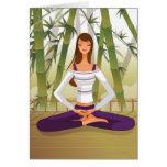 Mujer que se sienta en la posición de loto, medita felicitaciones