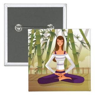 Mujer que se sienta en la posición de loto, pin cuadrado
