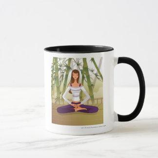 Mujer que se sienta en la posición de loto, taza