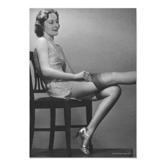Mujer que se sienta en silla invitacion personalizada