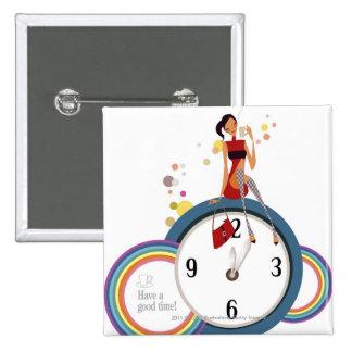 Mujer que se sienta en un reloj y que sostiene una pin cuadrada 5 cm