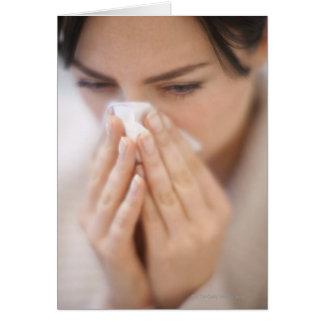 Mujer que sopla su nariz tarjeta de felicitación