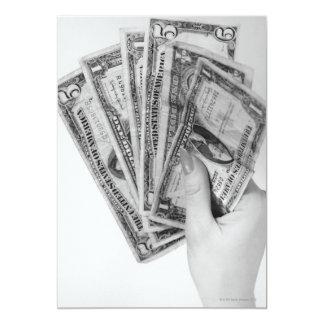 Mujer que sostiene el dinero anuncios personalizados
