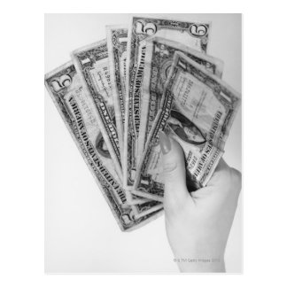 Mujer que sostiene el dinero postal