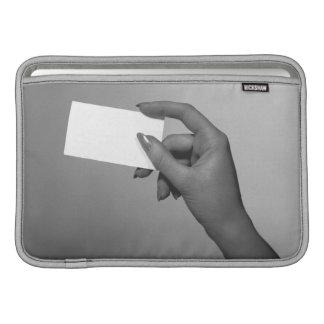 Mujer que sostiene la tarjeta fundas MacBook