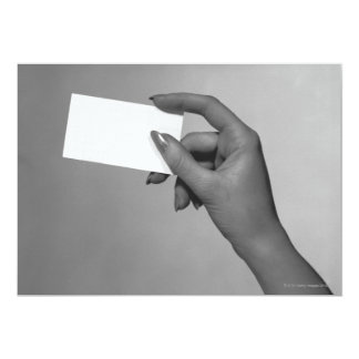 Mujer que sostiene la tarjeta invitación