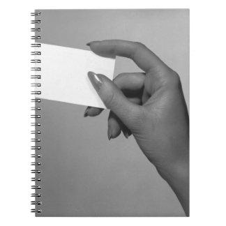 Mujer que sostiene la tarjeta notebook