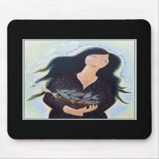 Mujer que sostiene pescados en un cuenco En negro Alfombrillas De Ratón