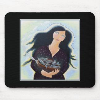 Mujer que sostiene pescados en un cuenco En negro Tapete De Ratón