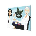 Mujer que tiene la manicura y facial en el balnear impresion de lienzo