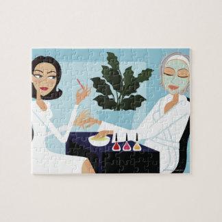 Mujer que tiene la manicura y facial en el puzzle