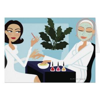 Mujer que tiene la manicura y facial en el tarjeta de felicitación