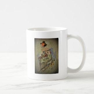 Mujer que toca el instrumento atado taza de café