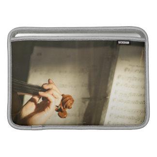 Mujer que toca el violín funda  MacBook