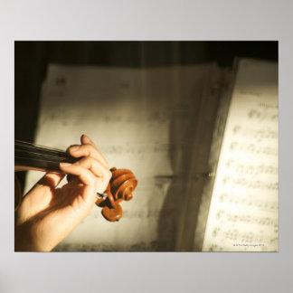 Mujer que toca el violín póster