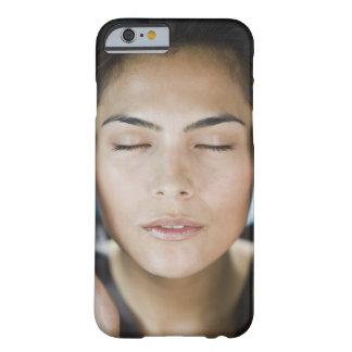Mujer que toma un tratamiento del balneario funda barely there iPhone 6